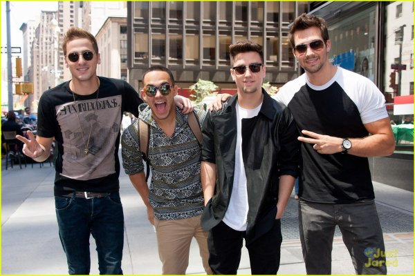 Big Time Rush prend des photos avec leur fan  (Juin 12) dansTimes Square, New York City.