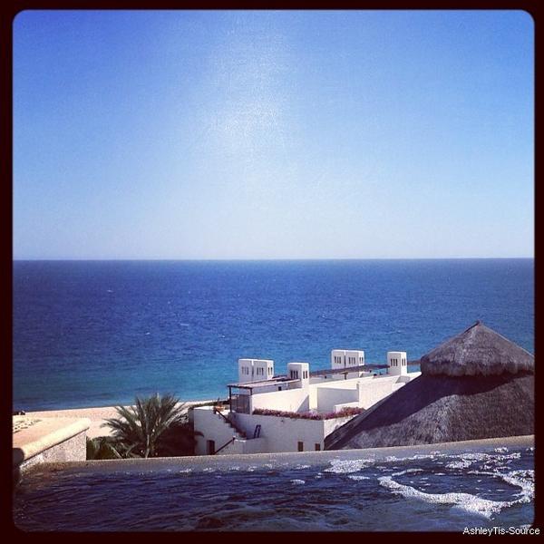 03.03.2013 - Ashley et Chris ont été aperçus au bord de la piscine de leur hôtel à Cabo ! + 2 photos personnelles