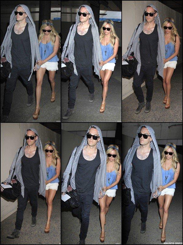 05.03.2013 - Ashley et Chris ont été vus à LAX après trois jours de vacances à Cabo.
