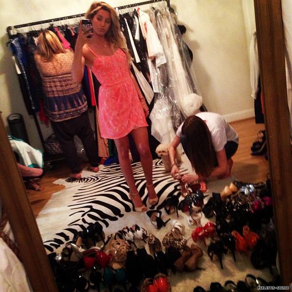26.03.2013 - Ashley faisait des essayages pour la robe parfaite pour la première de Scary Movie 5 qui a lieu le 11 avril à Los Angeles.