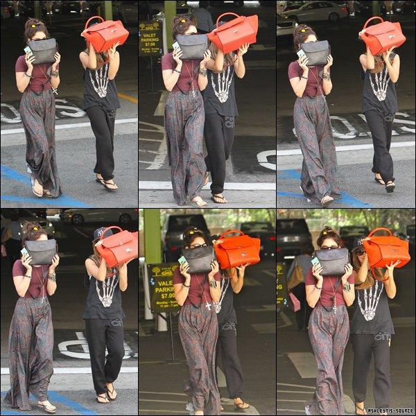 03.04.2013 - Toujours le même jour, Ashley a été vu avec Vanessa faisant du shopping chez Bloomingdale's Mall à Sherman Oaks.