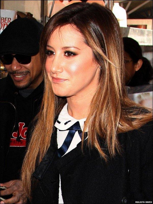 08.04.2013 -  Ashley a été aperçue, toute souriante et café à la main, à New-York, prête pour une journée d'interview.