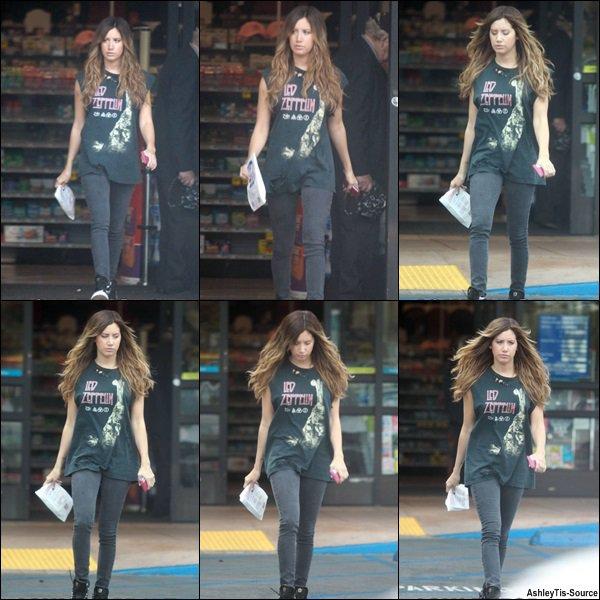 14.03.2013 - Ashley quittant une pharmacie dans Studio City.