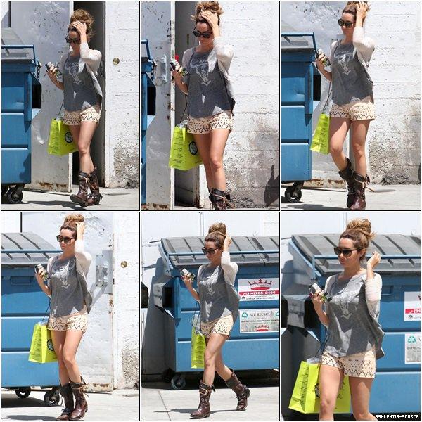25.04.2013 - Ashley faisant du shopping dans son magasin préféré Planet Blue dans Beverly Hills