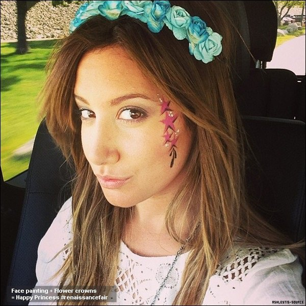 27.04.2013 -  Ashley à une fête sur la Renaissance en Californie avec Christopher et sa nièce Mikayla.