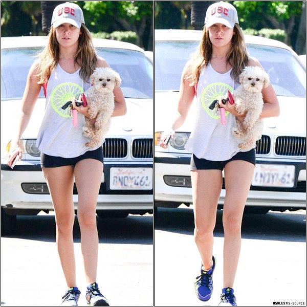 13.05.2013 - Ashley  a été vu rentrant chez elle avec Maui dans les bras à Toluca Lake.