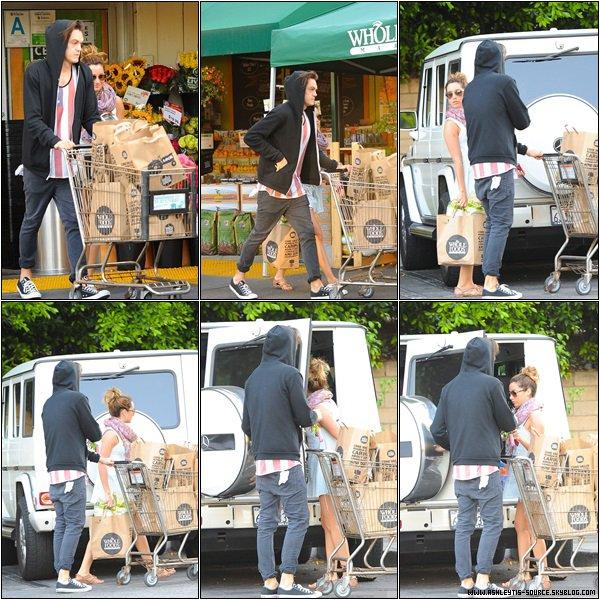21.05.2013 - Ashley et Christopher faisant les courses au magasin Whole Foods dans Sherman Oaks.