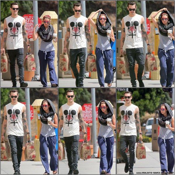 23.05.2013 - Ashley et Christopher faisant une promenade dans Toluca Lake.