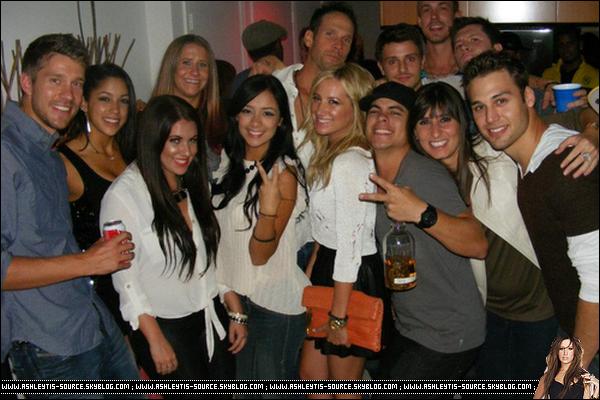25.05.2013 - Ashley posant avec des fans à l'hotel Roosevelt  où elle a passé la soirée dans Hollywood.