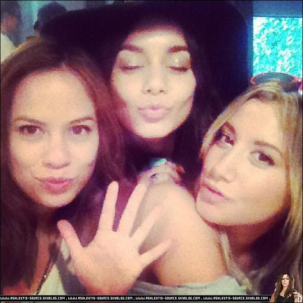 27.05.2013 - Memorial Day : Ashley a passé la journée chez elle, à faire un barbecue avec ses amis, notamment Vanessa et Kim.