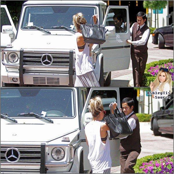 29.05.2013 - Ashley faisant du shopping au Grove avec sa mère Lisa, sa nièce Mikayla et Maui dans West Hollywood.