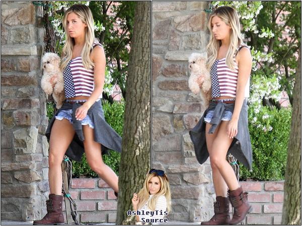 30.05.2013 - Ashley sortant de chez elle avec Maui dans les bras.
