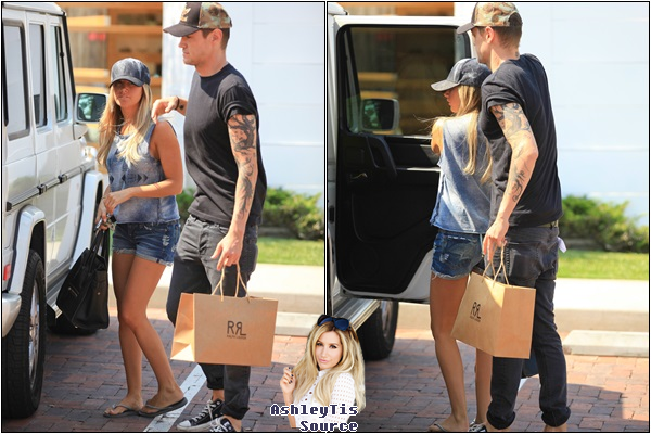 31.05.2013 - Ashley faisant du shopping avec Chris au centre commercial Cross Creek à Malibu.