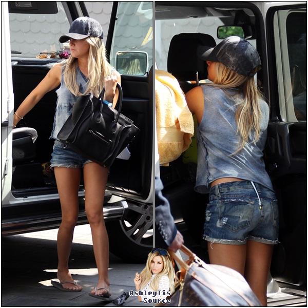31.05.2013 - Ashley et Christopher devant la maison de ce dernier à Malibu. Les photos viennent d'être publiées.