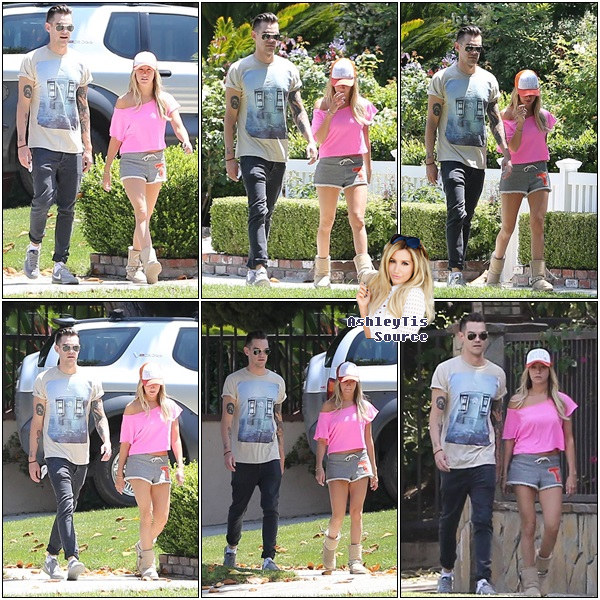 09.06.2013 - Ashley, accompagnée de Chris, se promenant dans son voisinage dans Toluca Lake.