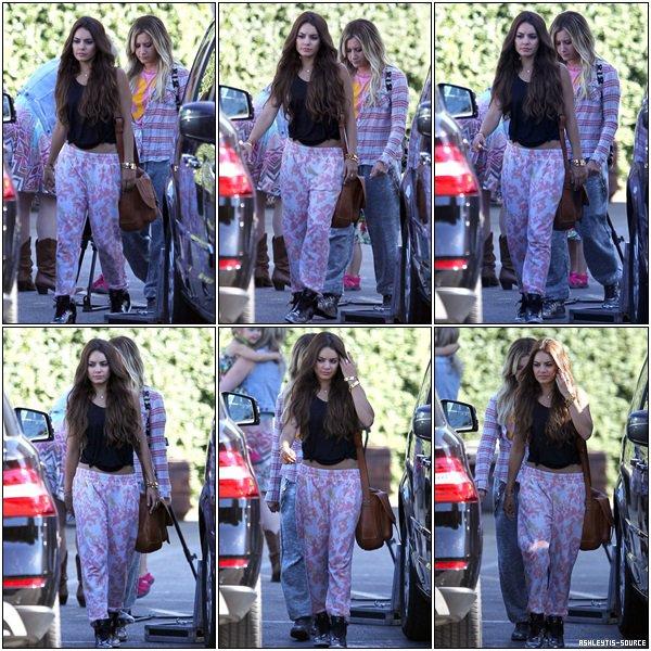 26.06.2013 - Ashley accompagnée de Vanessa Hugdnes, sa soeur Jennifer, et sa nièce Mikayla, quittant un studio de danse à Los Angeles.