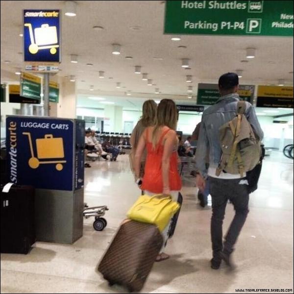 03.07.2013 - Ashley a été vue par une fan à l'aéroport LAX avec sa famille et Christopher.Ceci est la seule photo que nous avons.