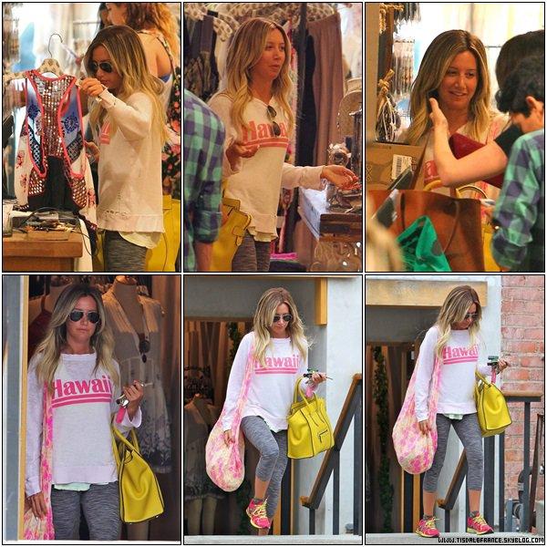 11.07.2013 - Ashley faisant du shopping dans un de ses magasins préférés Free People dans Studio City