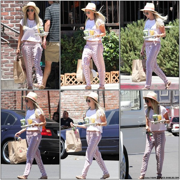 17.07.2013 - Ashley se rendant à un rendez-vous d'affaires à Burbank.