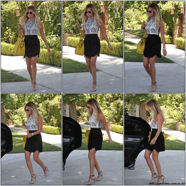 23.07.2013 - Ashley quittant sa maison à Toluka Lake  pour se rendre à une conférence.