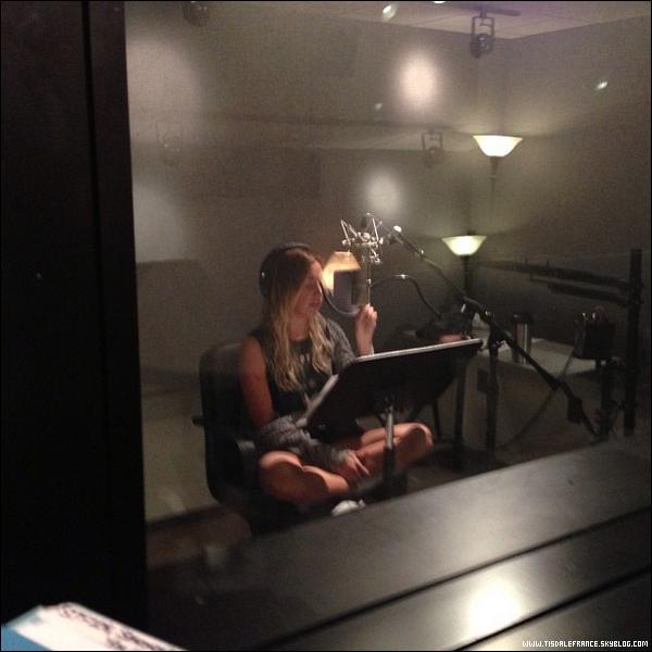 """29.07.2013 - Ashley en studio enregistrant une nouvelle chanson pour """"Phineas and Ferb""""."""