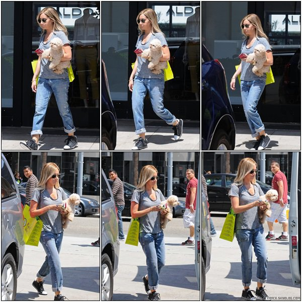 01.08.2013 - Ashley quittant le magasin Planert Blue avec Maui à Beverly Hills.