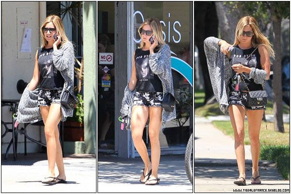 04.08.2013 - Ashley de sortie dans Los Angeles.