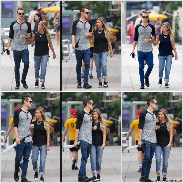 09.08.2013 - Ashley et son fiancé Christopher faisant du shopping dans le quartier de Soho à New-York.