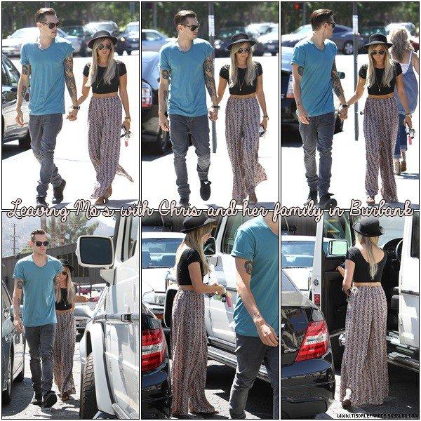 24.08.2013 - Ashley conduisant avec Christopher à ses côtés dans Toluca Lake.
