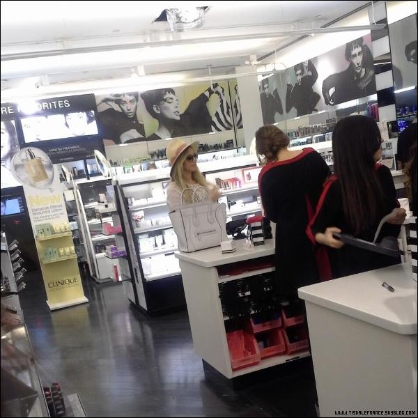 07.09.2013 -  Ashley faisant des achats à Séphora. (photo prise par une fan)