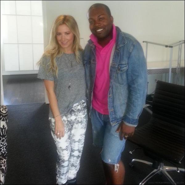 09.09.2013 - Ashley avec un des gérants du compte @TeamTisdaleNYC et  dans un café.Merci les fans pour les photos d'Ashley !
