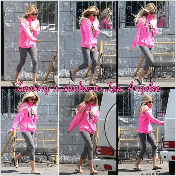 10.09.2013 - Ashley, script à la main, arrivant à un studio pour travailler un rôle à Los Angeles.