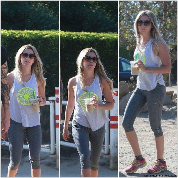 14.09.2013 - Ashley, et Christopher, faisant une randonnée au Runyon Canyon à Hollywood.