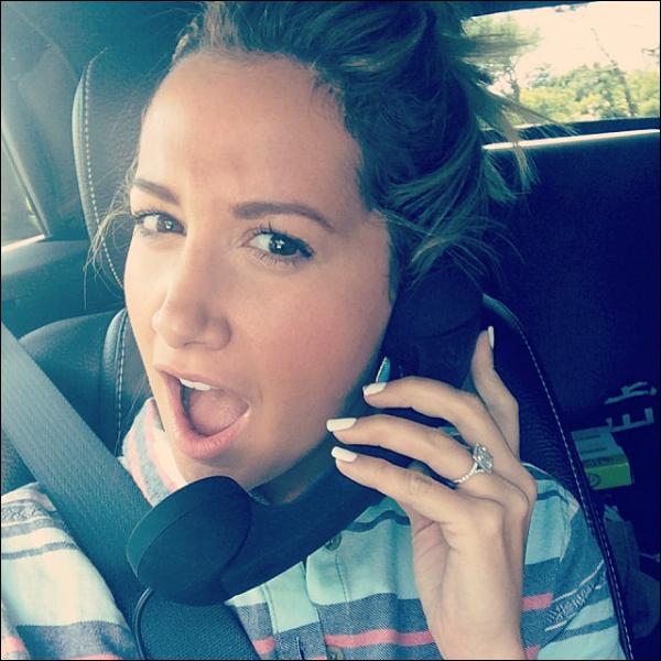 _Instagram_ • « Thanks to Chris I got to use this cell phone accessory in the passenger seat. Really helped with my conference calls in the car #busy #lifeofaproducer #thisismybusinessface » Merci à Chris, J'ai utilisé cet accessoire de téléphone portable sur le siège du passager. Ca m'aide avec mes conférences téléphoniques dans la voiture #Occupée #VieDeProductrice #C'estMaTeteDeBusiness