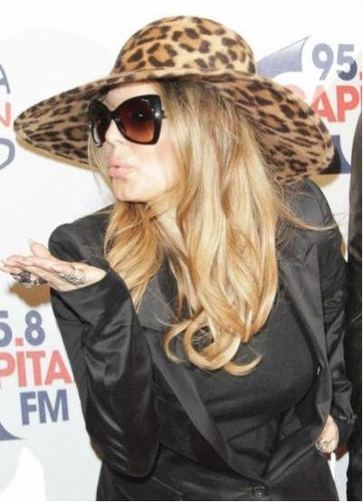 Fergie - Black Eyed Peas - : oh les jambes ! Un look très osé...