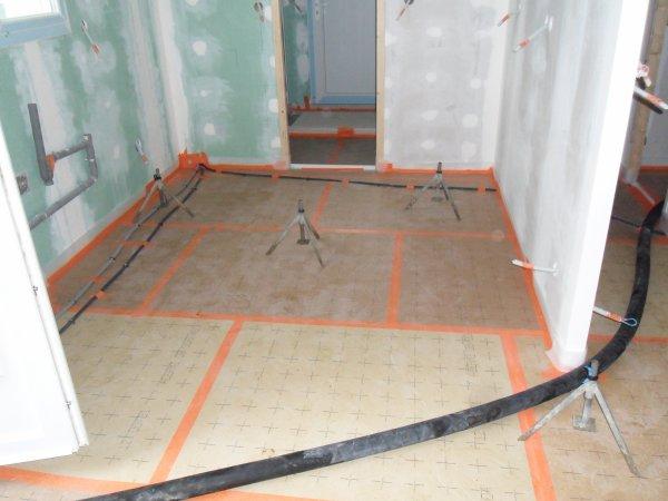 3 juillet 2012 la chape liquide pr paration notre maison mikit dans le morbihan. Black Bedroom Furniture Sets. Home Design Ideas