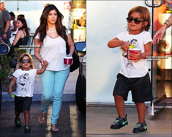 . 28-08-12 : Kourtney était avec  Mason,Scott et Penelope qui sortaient d'une boutique de yaourts glacés à Calabasas. .