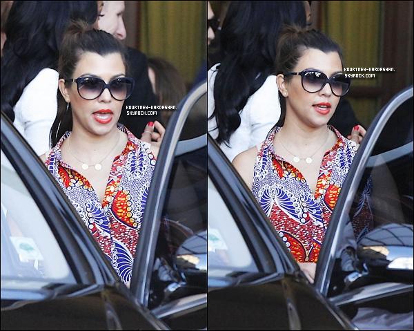 . 25-08-12 : Kourtney a été aperçu avec sa fille Penelope, arrivant dans un hôtel à Beverly Hills.  .