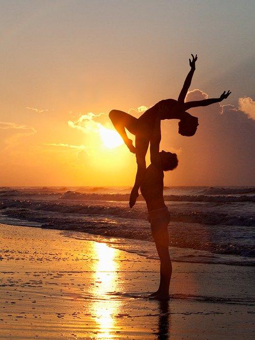 Pourquoi tu danses ? Parce que c'est aussi naturel que de respirer pour moi. Si il n'y avait pas eu la danse j'aurai vite sombrer. La danse, tout le monde parle ce langage universel, on a tous le rythme dans la peau.