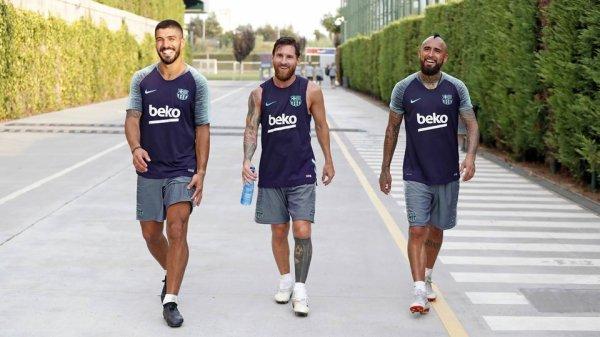 Arturo Vidal rencontre ses nouveaux coéquipiers du FC Barcelone