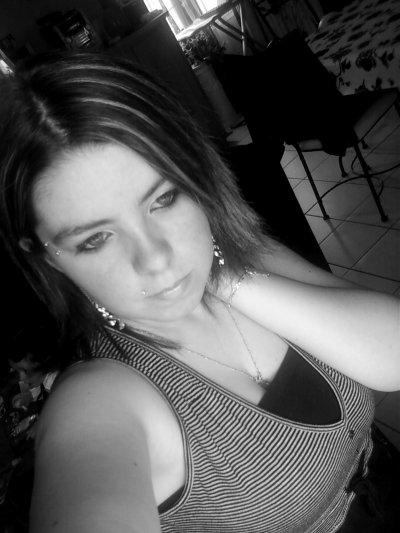 ~ Tu crois que je suis heureuse pαrce que je тe dis que je vαis bien pαrce que тu me vois sourire pαrce que тu me vois rire pαrce que mes yeux brillenт Mαis si je тe dis que je vαis bien c'esт seulemenт pour essαyer de m'en convαincre moi même Eт si тu me vois rire eт sourire c'esт seulemenт pour ne pαs pleurer Eт si тu voiis mes yeux briller c'esт seulemenт mes lαrmes qui essais de ne pas couler ... ='(