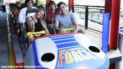 Miley dans le parc d'attractions  « Cedar Point » ( Ohio ) en compagnie de sa co-star Douglas Booth ( Qui joue le rôle de Maël dans « LOL » ) .