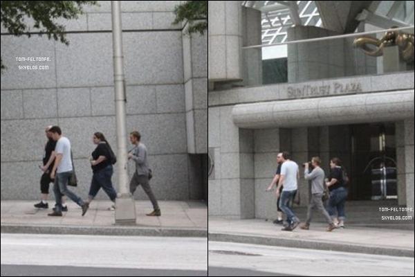 - Jeudi 8 Septembre: des photos de Tom dans les rues d'Altanta ont été posté mais elles dâtent en réalité du 4. Ces photos ont été prisent le 4 Septembre, car si on y regarde de plus près, il a la même tenue qu'ici et il a son appareil photo.-