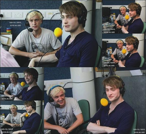 - 28 Août 2009: Tom et Daniel se sont rendus à un match de criquet ou ils ont par la suite donné une interview. Je suis radicalement amoureuse de son tee shirt quoi *o*. Et j'adore leurs gros micros pour l'interview, ils sont cuuuute :B-