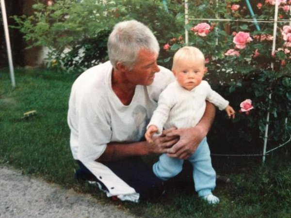 Moi petite avec mon grand-père