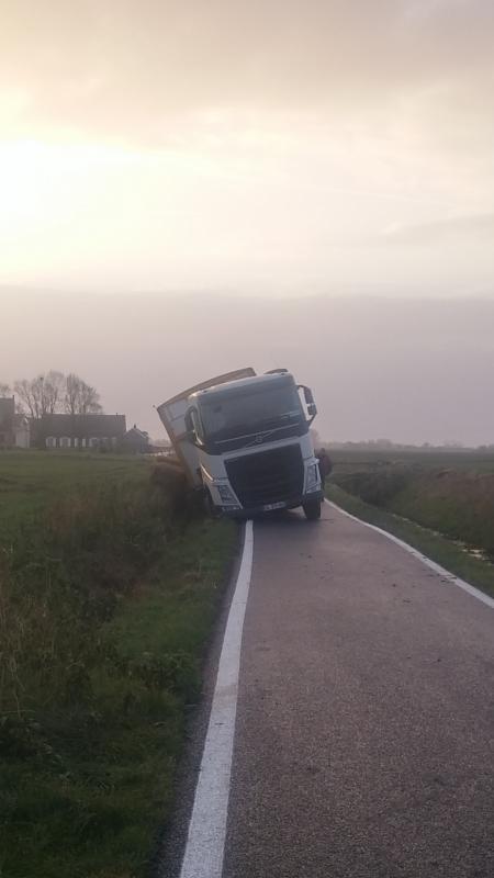 camion transpomme au fossée
