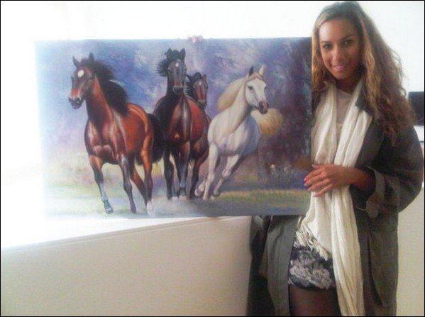 Lele avec le tableau que Stephanie lui a offert. Jolie tableau !