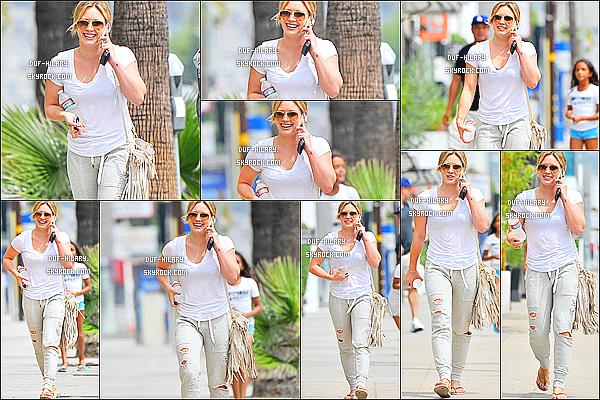 02/08/14 - Toute souriante, et scotchée à son téléphone, Hil' a été photographiée - dans les rues de Bev. Hills.+ Hilary D. semblait être de très bonne humeur ! Je trouve que ça fait plaisir de la voir sourire autant. - & c'est un petit top pour sa tenue.