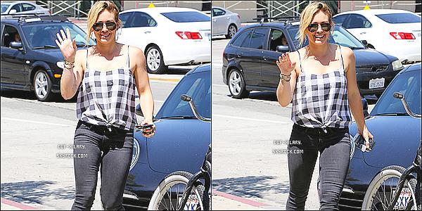 04/08/14 - Une fois encore, c'est une Hilary très souriante qui a été repérée, se promenant dans Beverly Hills.+ Miss Duff était de bonne humeur, ça fait plaisir! - Au niveau du look, je n'aime pas tellement. Je trouve que ça ne l'a met pas en valeur !