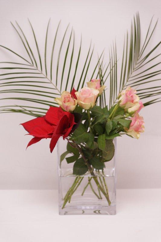 Vase de roses et poinsettia